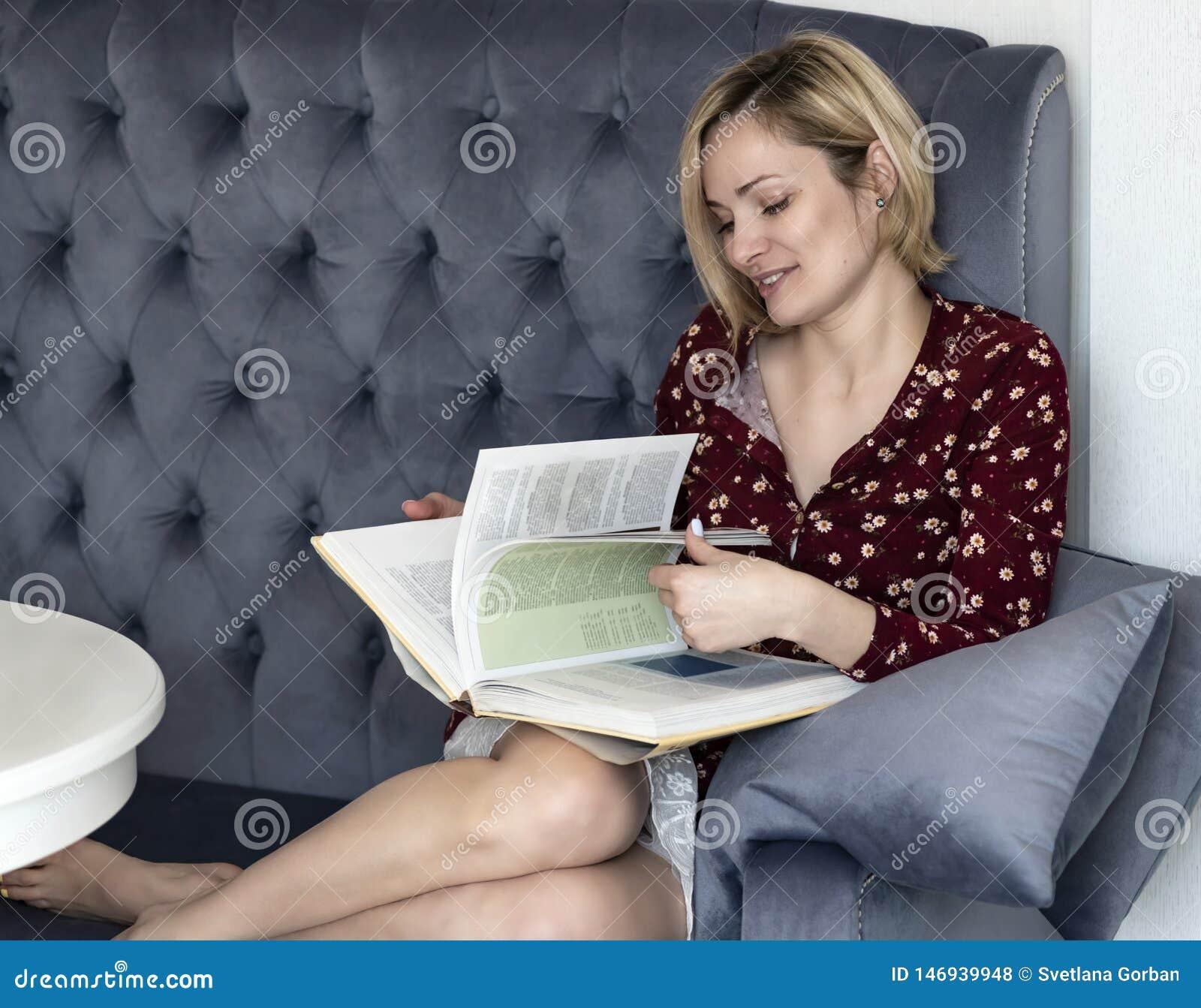 Kvinna p? soffan i rummet