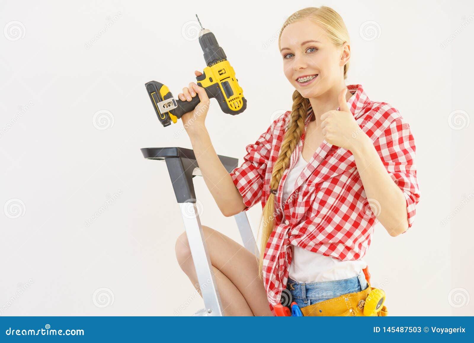 Kvinna p? stege genom att anv?nda drillborren