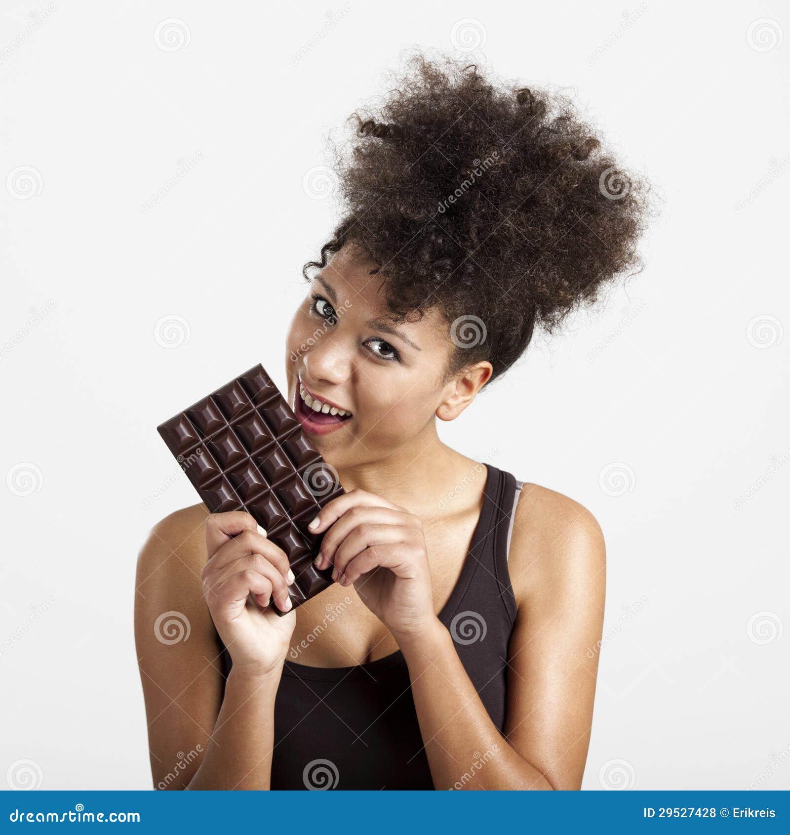 Kvinna som äter chcolate