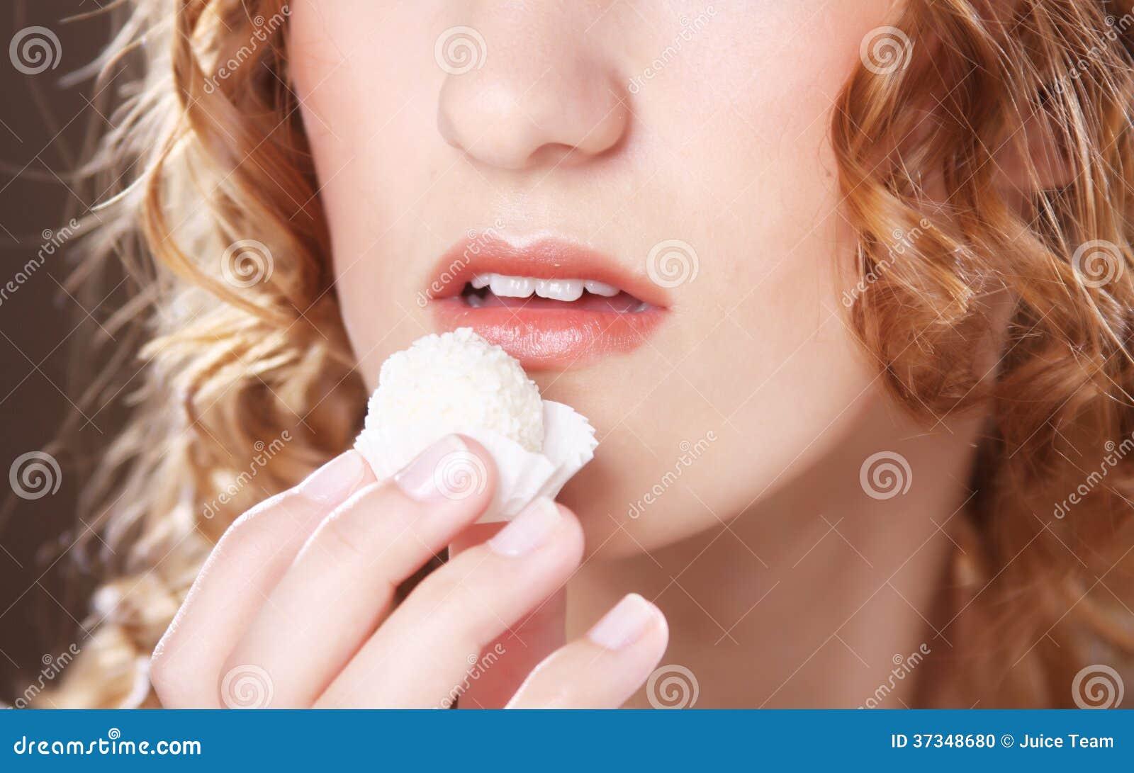 Kvinna som äter den söta godisen