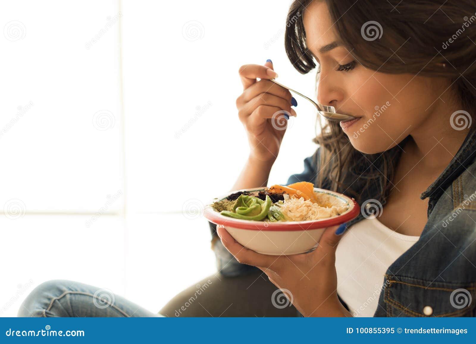 Kvinna som äter en sund bunke
