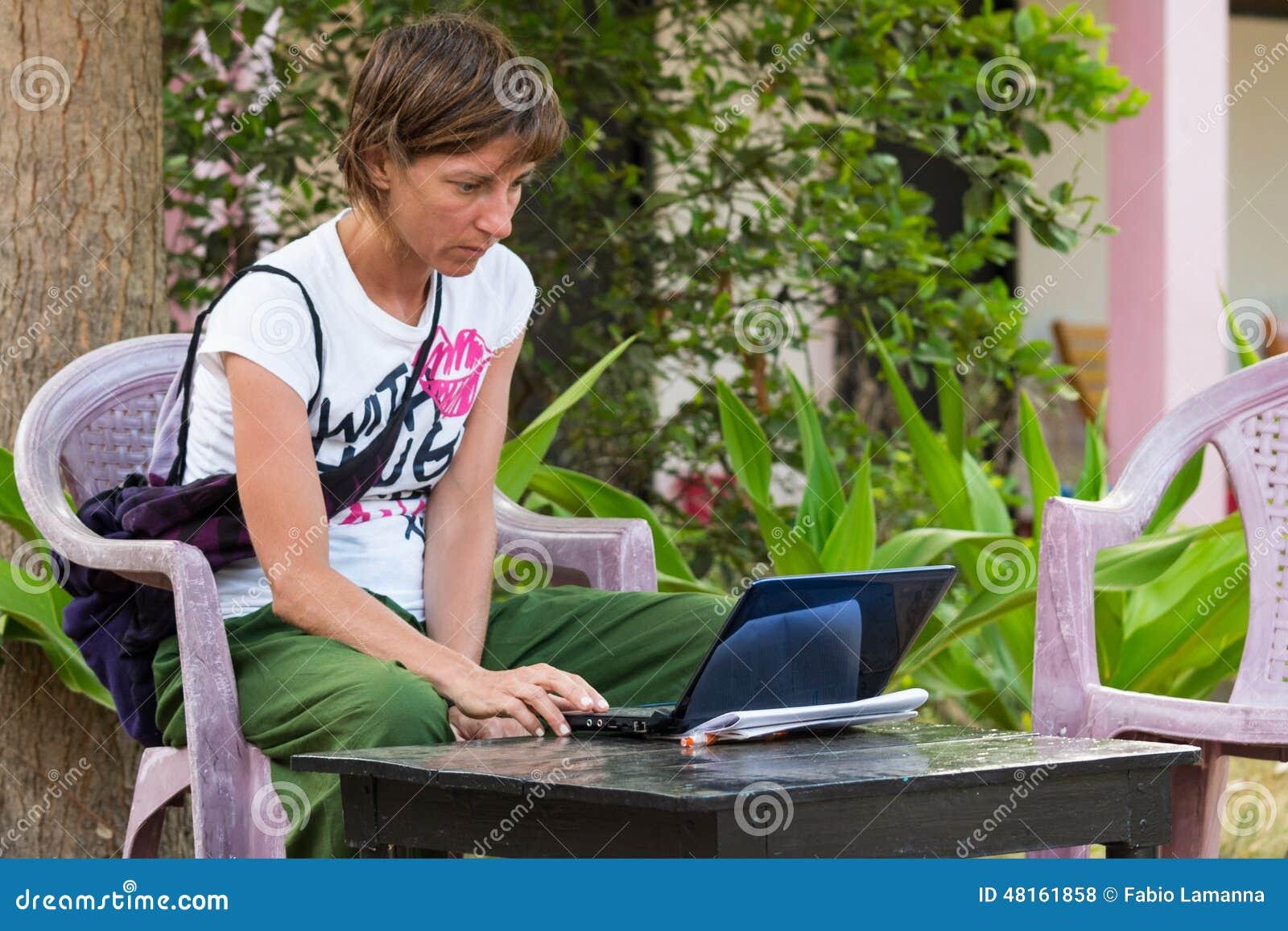 Kvinna som använder PC i semester