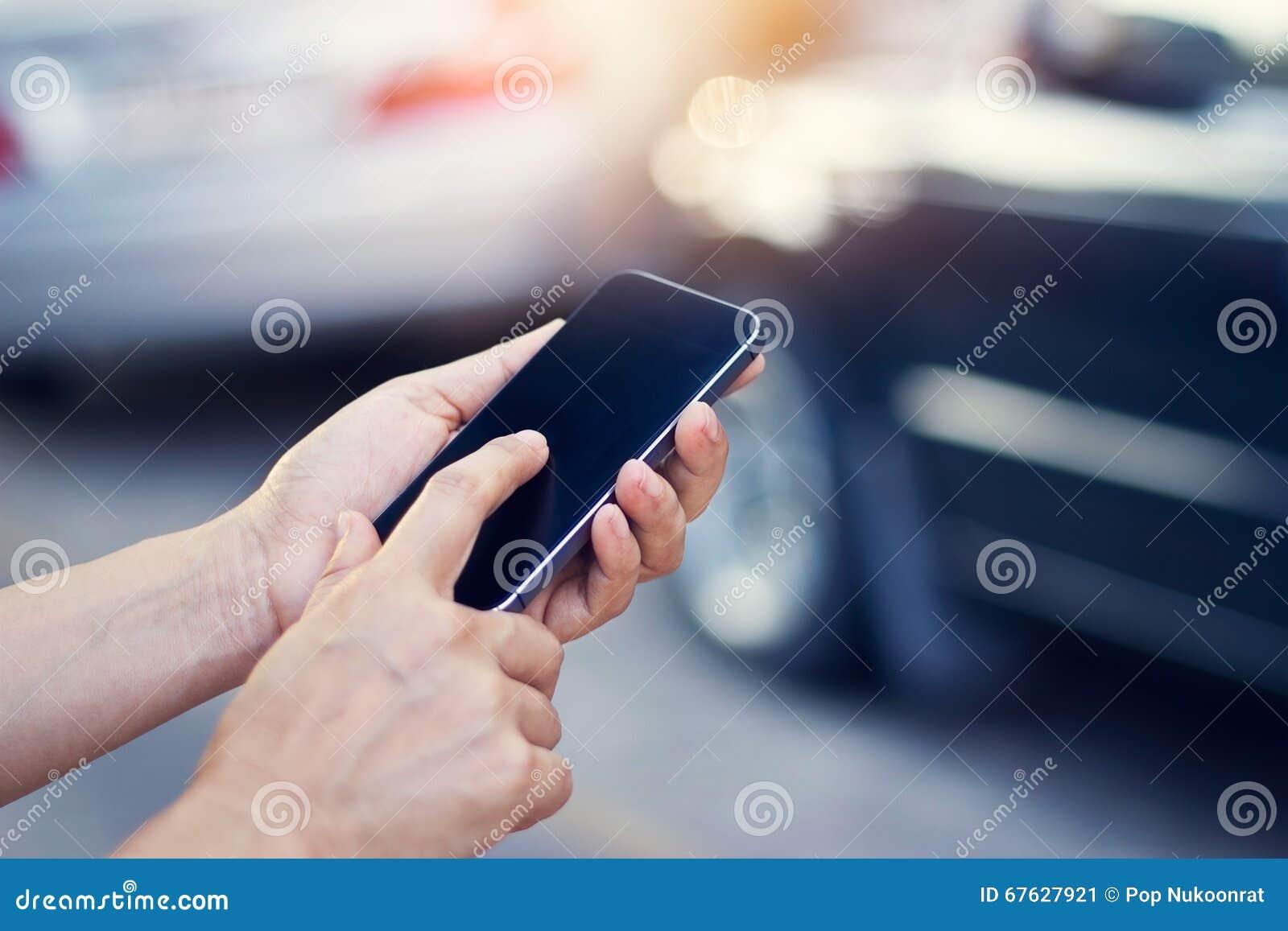 Kvinna som använder smartphonen på vägrenen efter trafikolycka