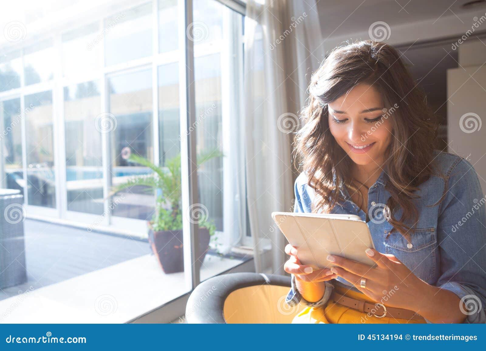 Kvinna som använder tableten