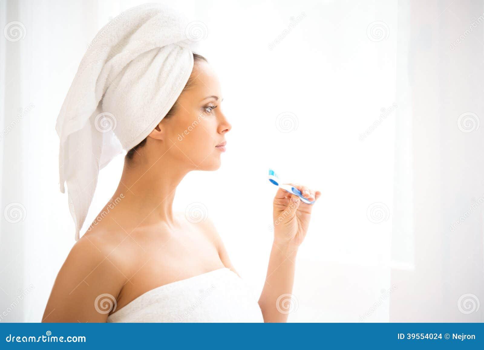 Kvinna som använder tandborsten