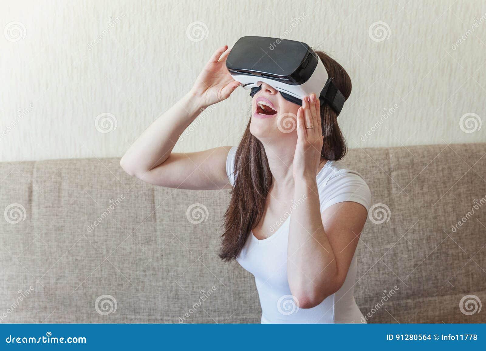 Kvinna som använder VR-hörlurar med mikrofon