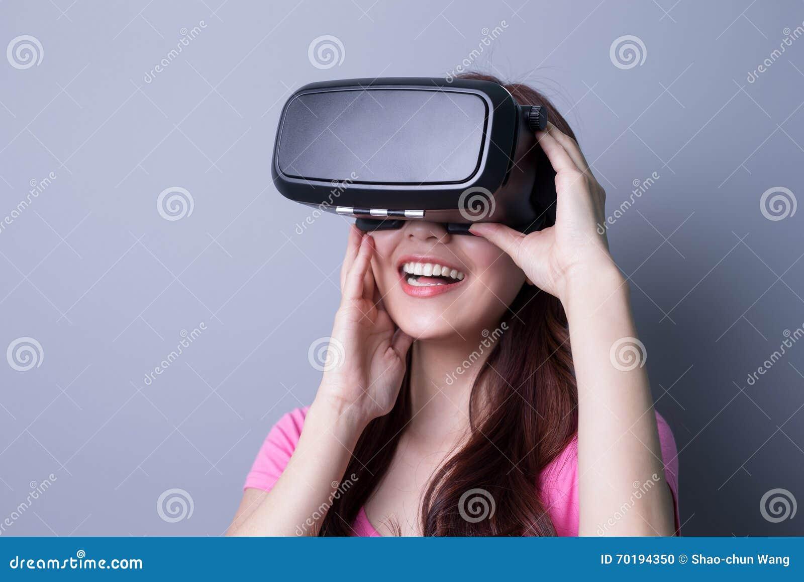 Kvinna som använder VR-hörlurar med mikrofonexponeringsglas