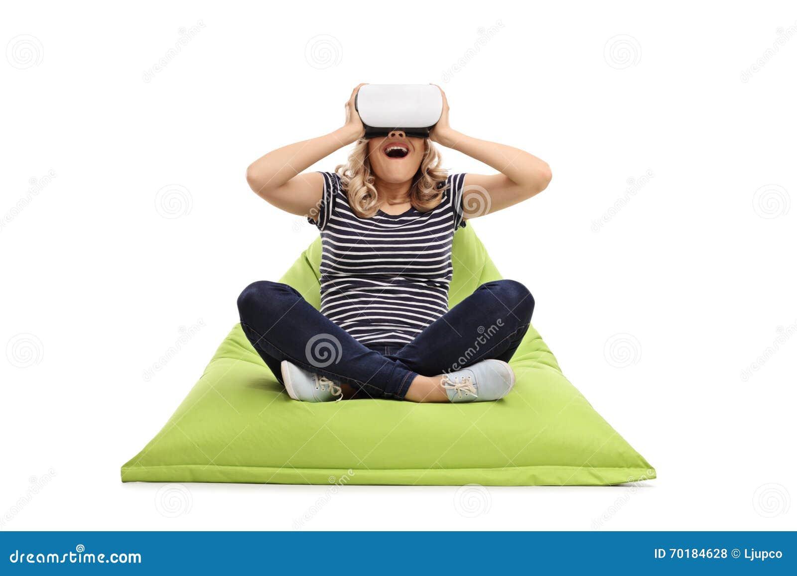 Kvinna som använder VR-skyddsglasögon som placeras på sittkudden