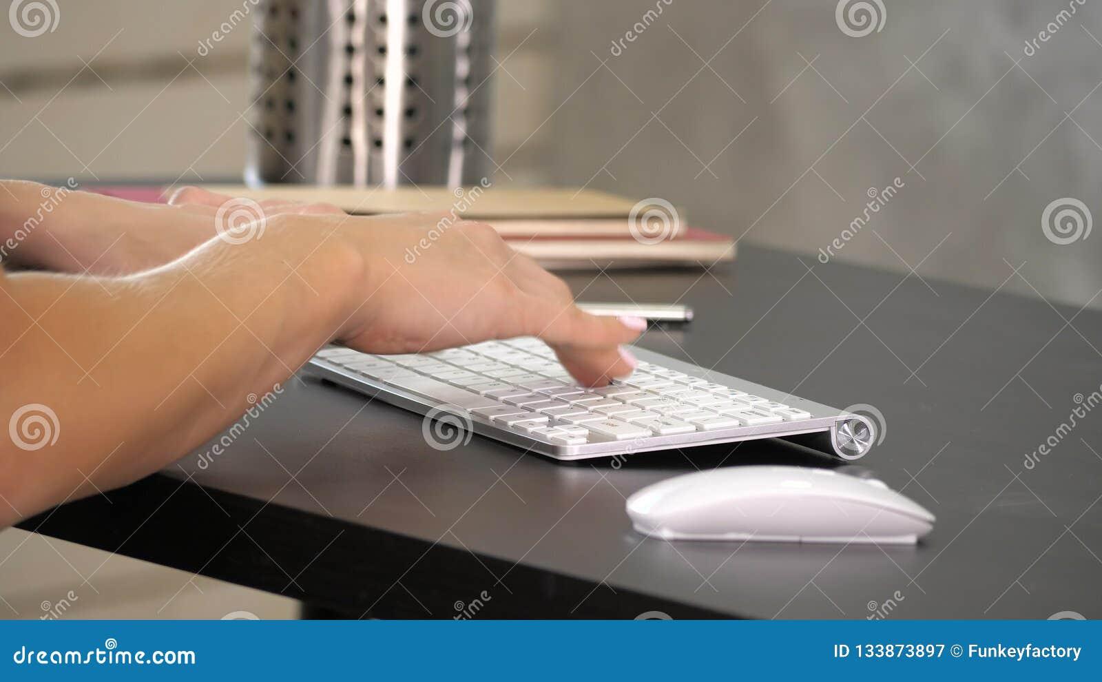 Kvinna som arbetar i inrikesdepartementethand på tangentbordet Grön skärmmodellskärm