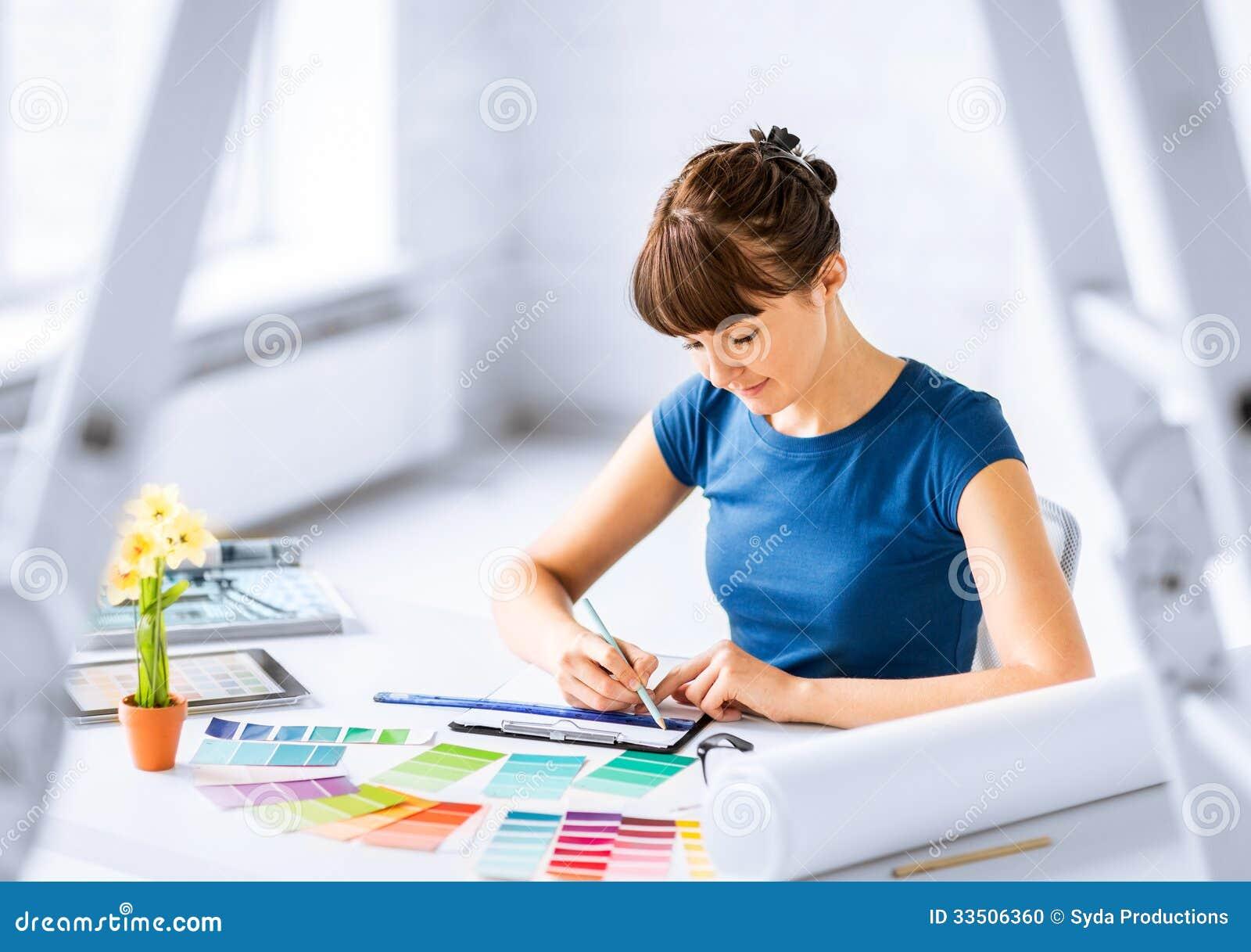 Kvinna som arbetar med färgprövkopior för val