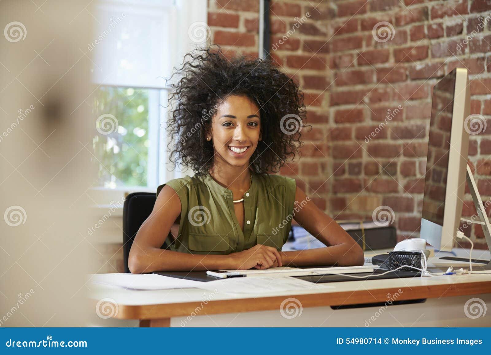 Kvinna som arbetar på datoren i modernt kontor