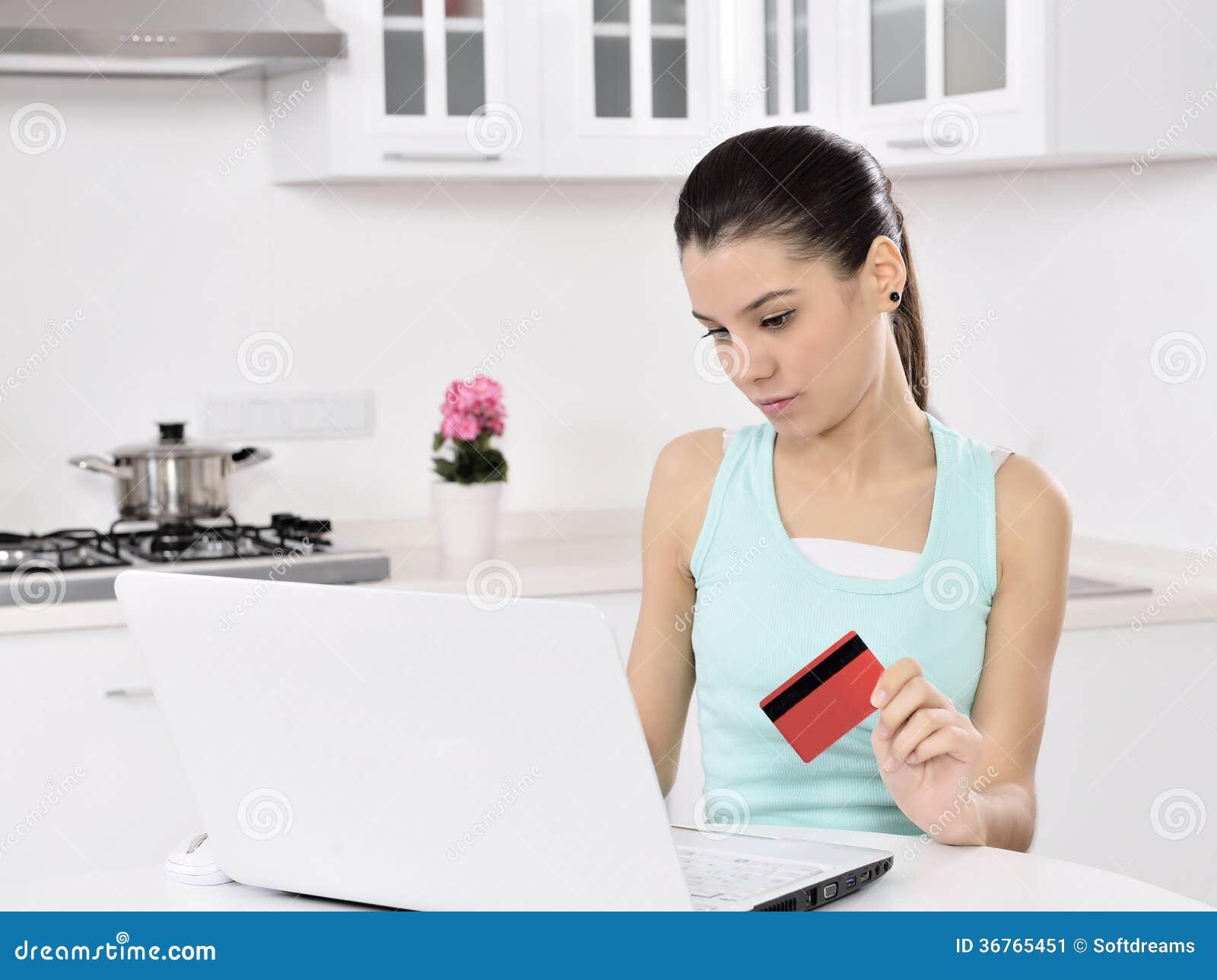 Kvinna som direktanslutet hemma shoppar