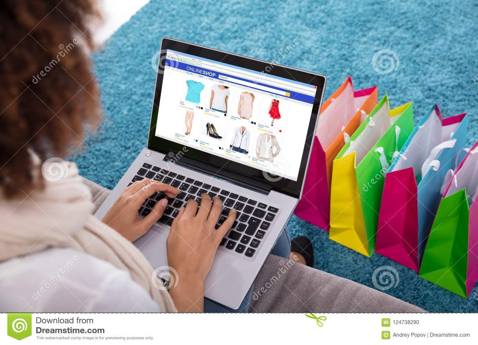 Kvinna som direktanslutet shoppar på bärbara datorn