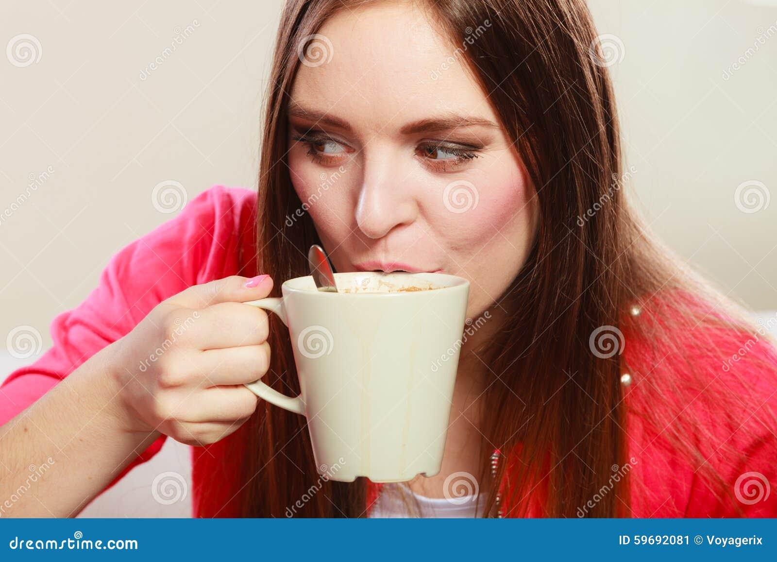Kvinna som dricker den varma kaffedrycken koffein