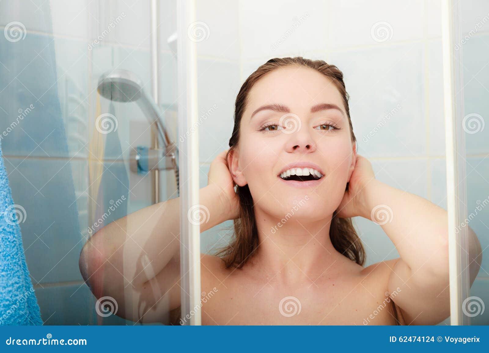 Kvinna som duschar i duschkabinsovalkov
