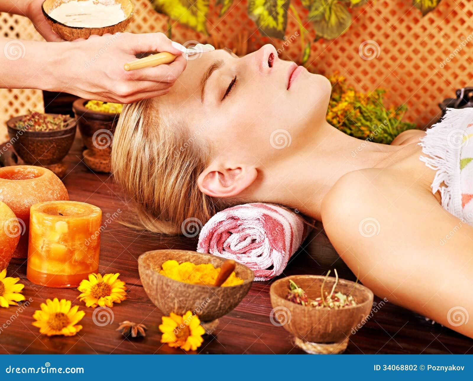 Kvinna som får ansikts- massage.