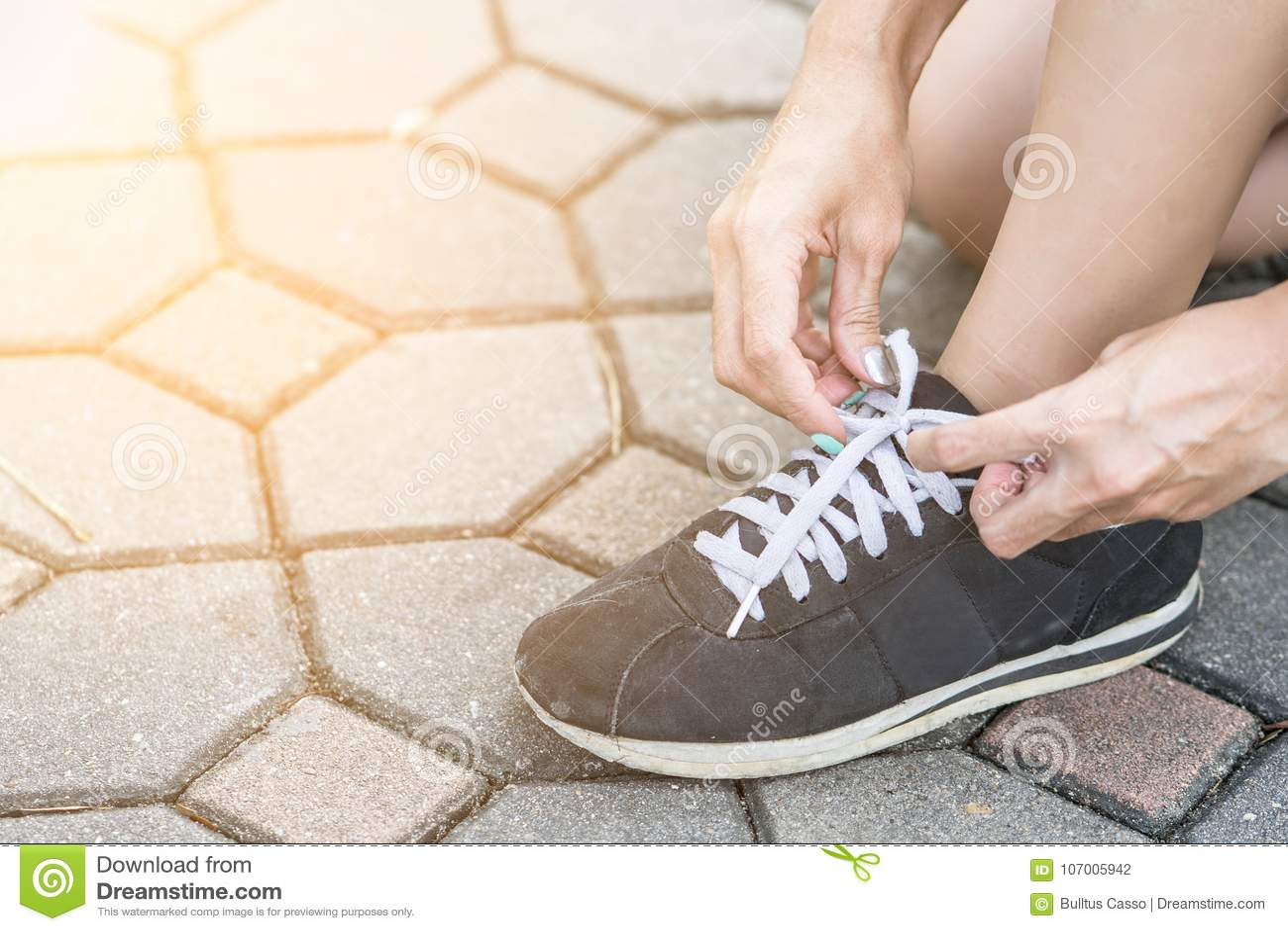 Kvinna som får klar att köra och binder rinnande skor