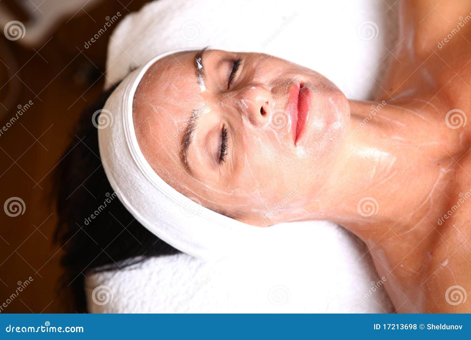 Kvinna som får kräm- brunnsortlotion