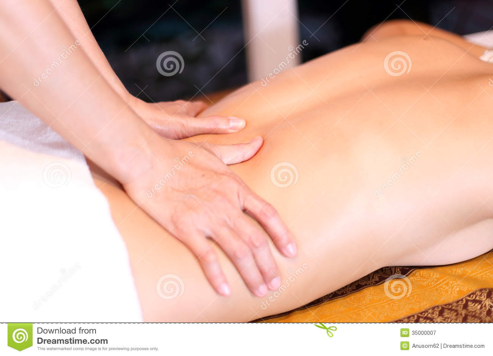 Kvinna som får tillbaka massage
