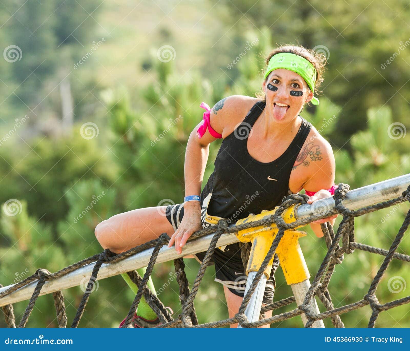 Kvinna som får upp och över ett netto för last