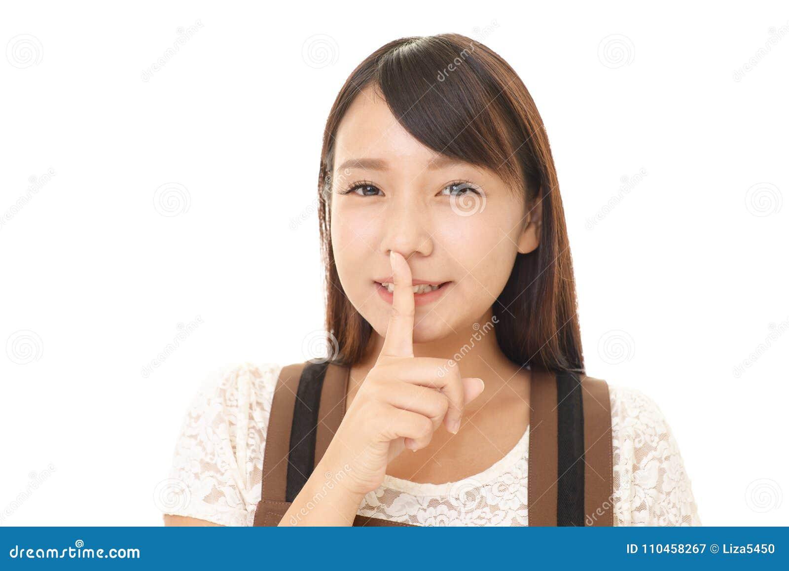 Kvinna som förlägger fingret på kanter