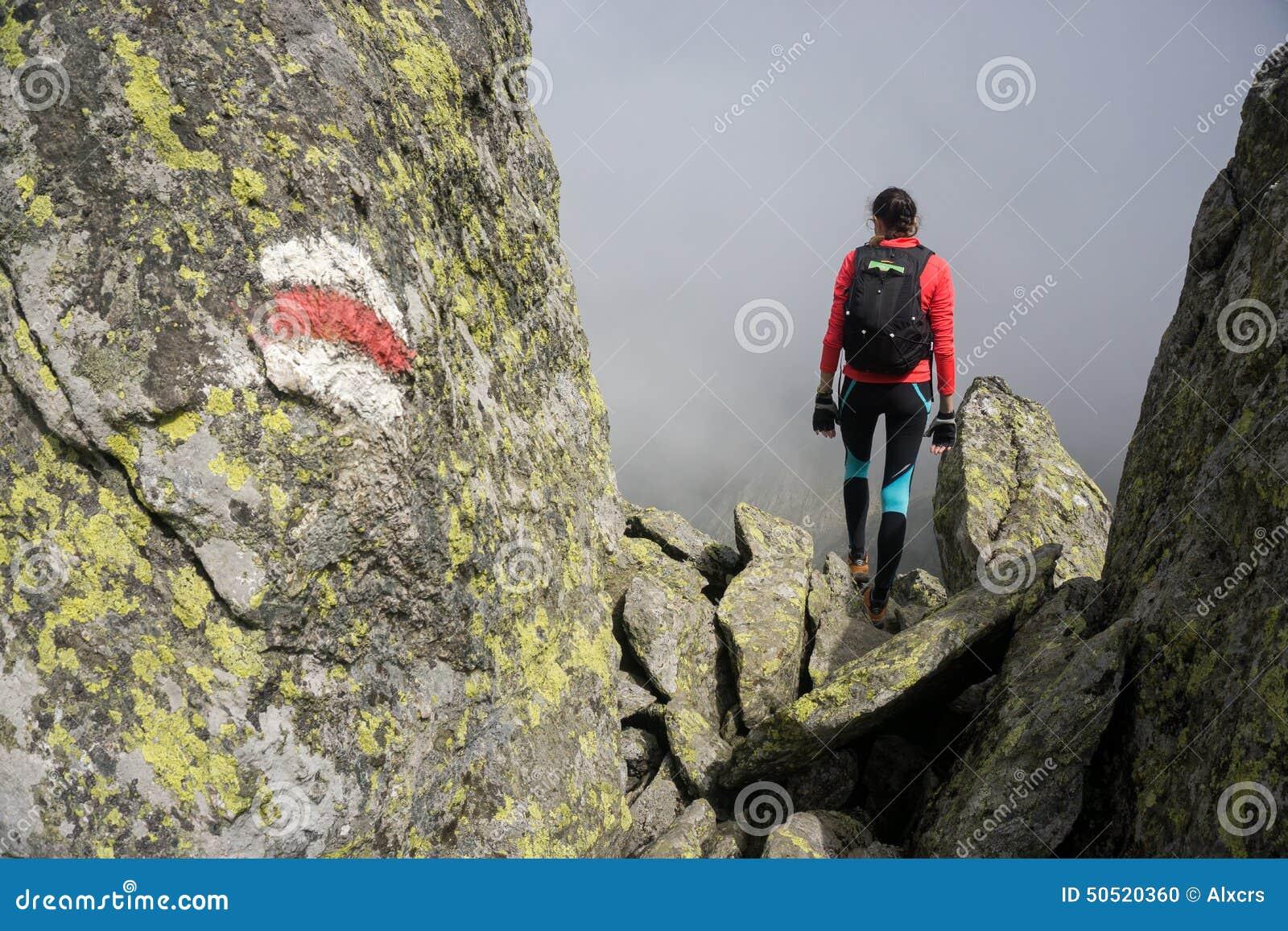 Kvinna som går i bergen av Rumänien