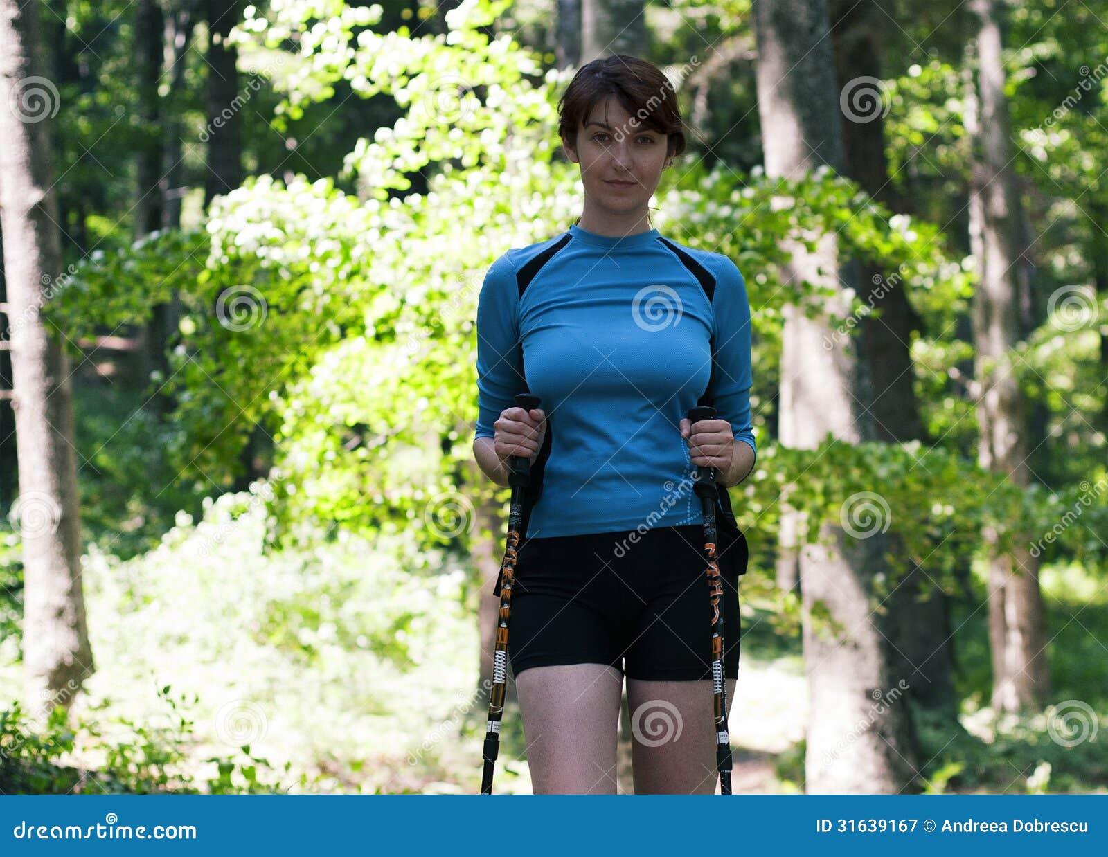 Kvinna som går i skogen