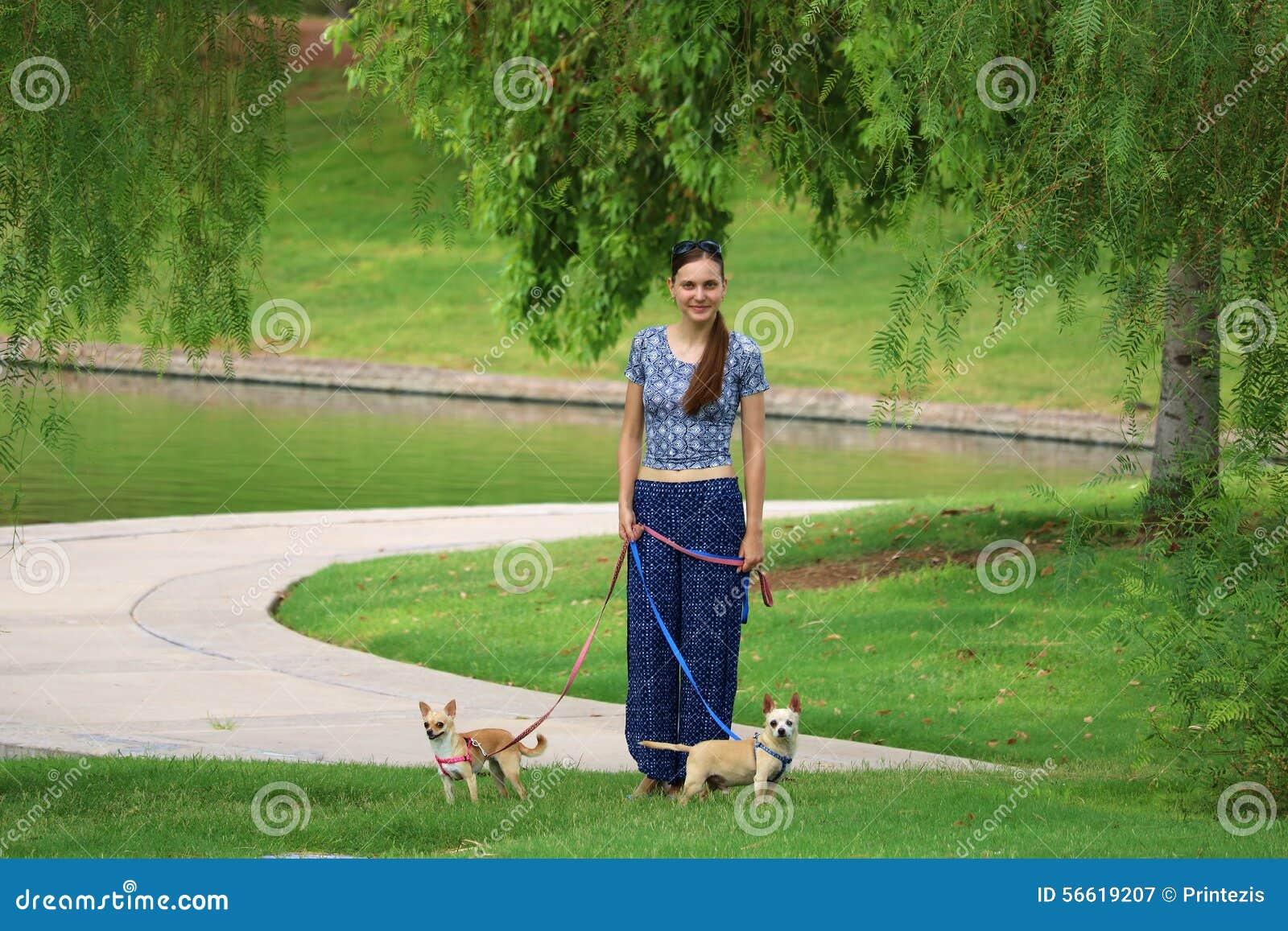 Kvinna som går med hundkapplöpning