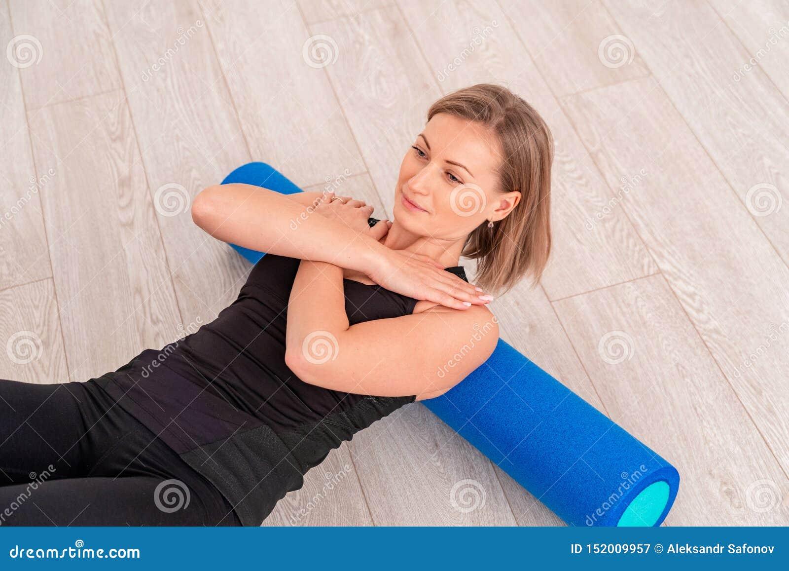 Kvinna som gör övning med en rulle