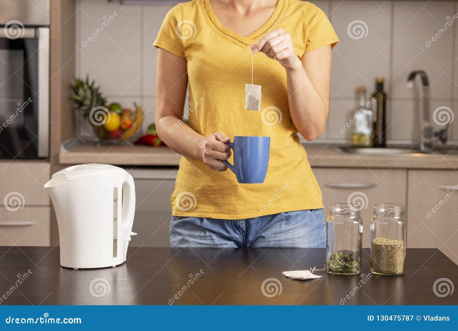 Kvinna som gör en kopp te