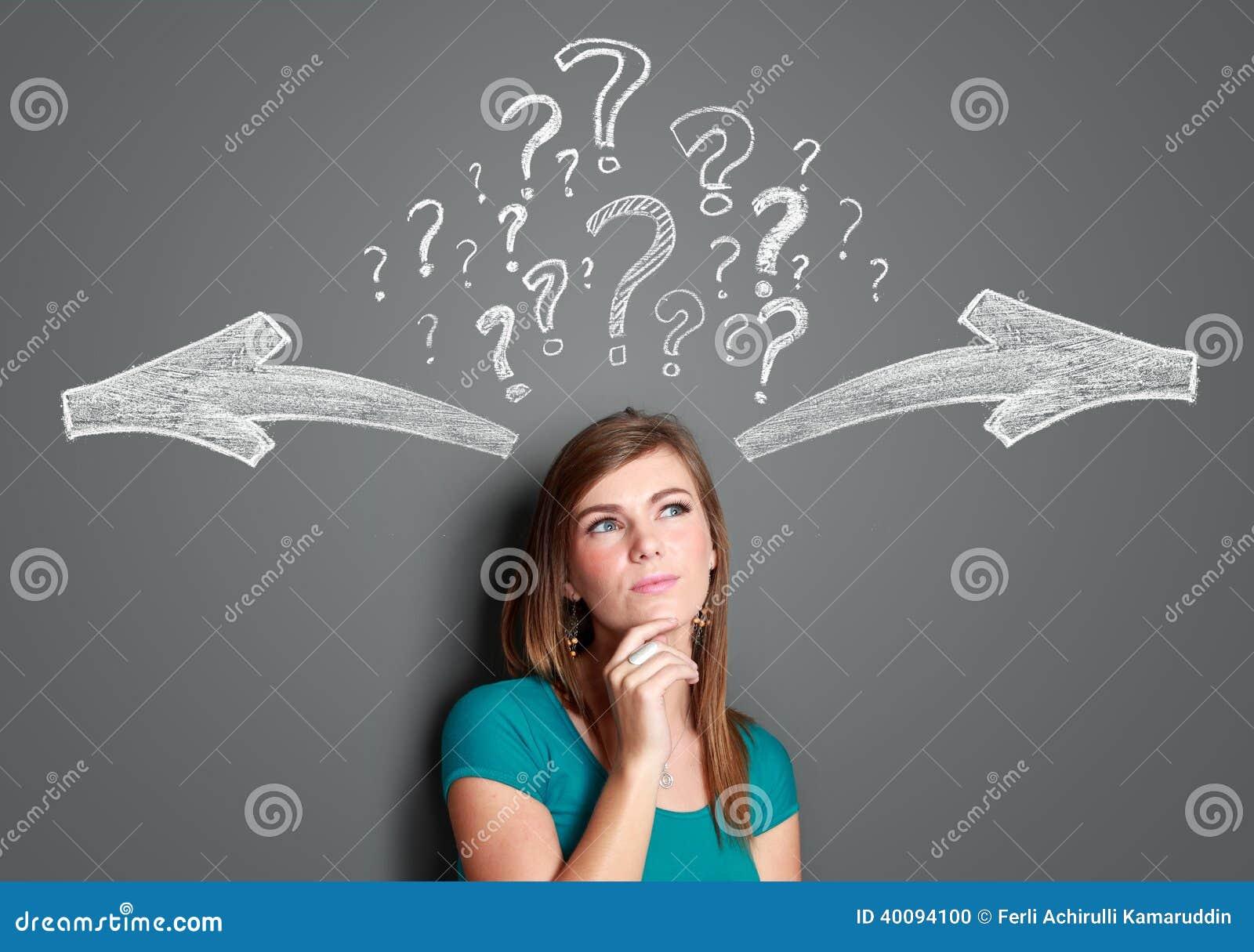 Kvinna som gör ett beslut med pilar och frågefläcken ovanför henne