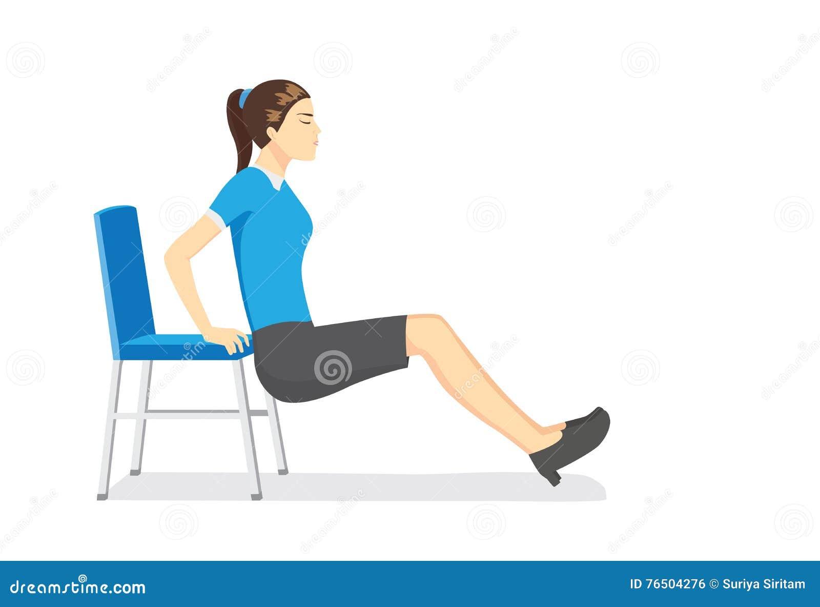 Kvinna som gör kontoret som sträcker övningar med kontorsstolar