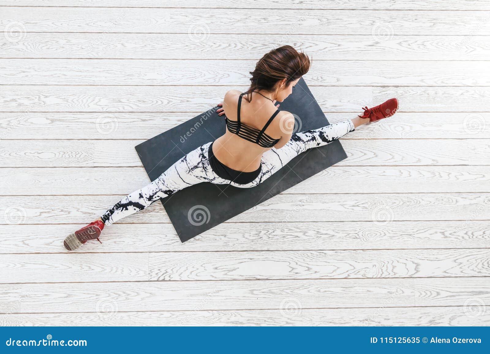 Kvinna som gör passformövning på den vita durken