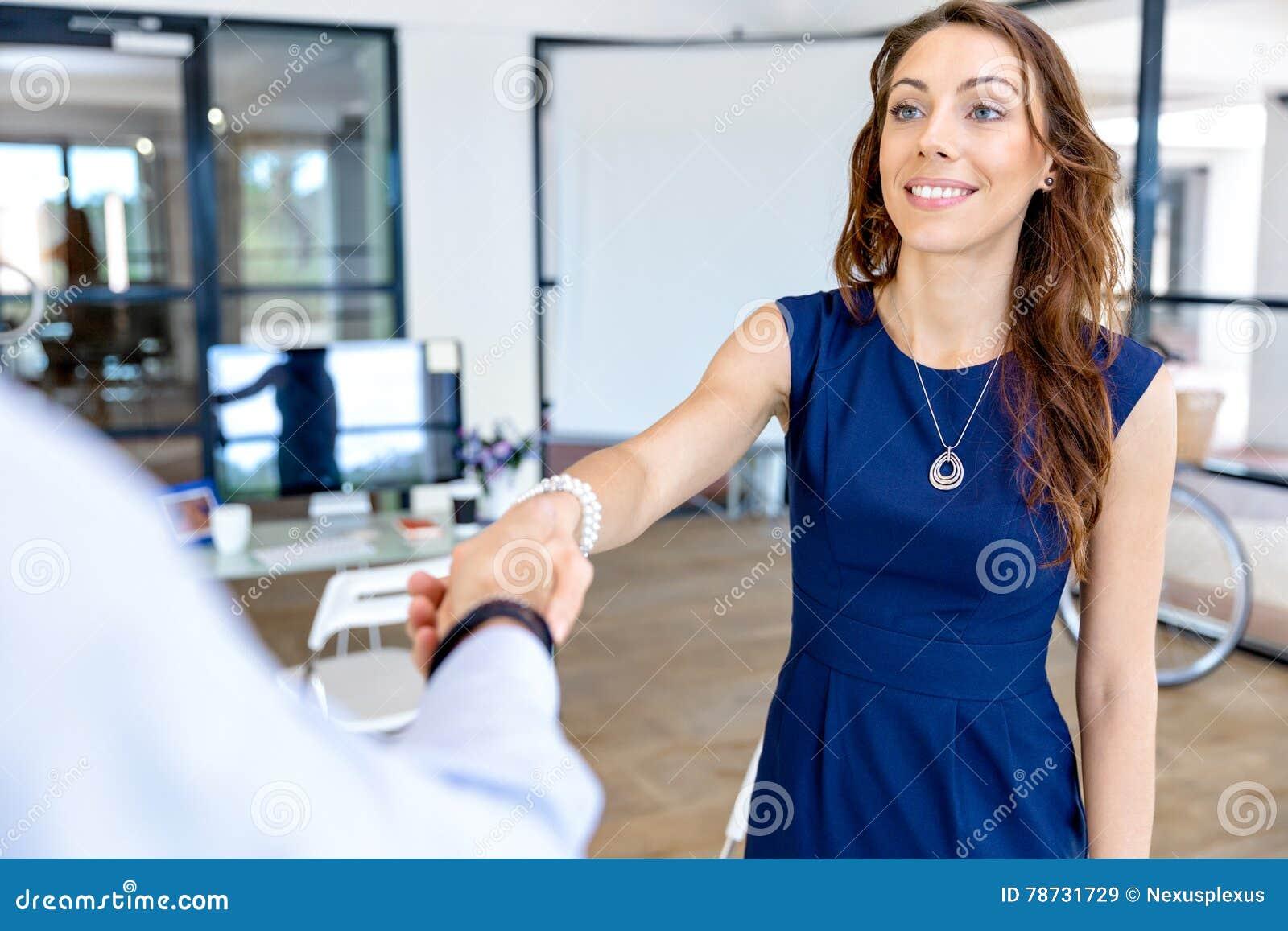 Kvinna som ger handskakningen efter överenskommelse