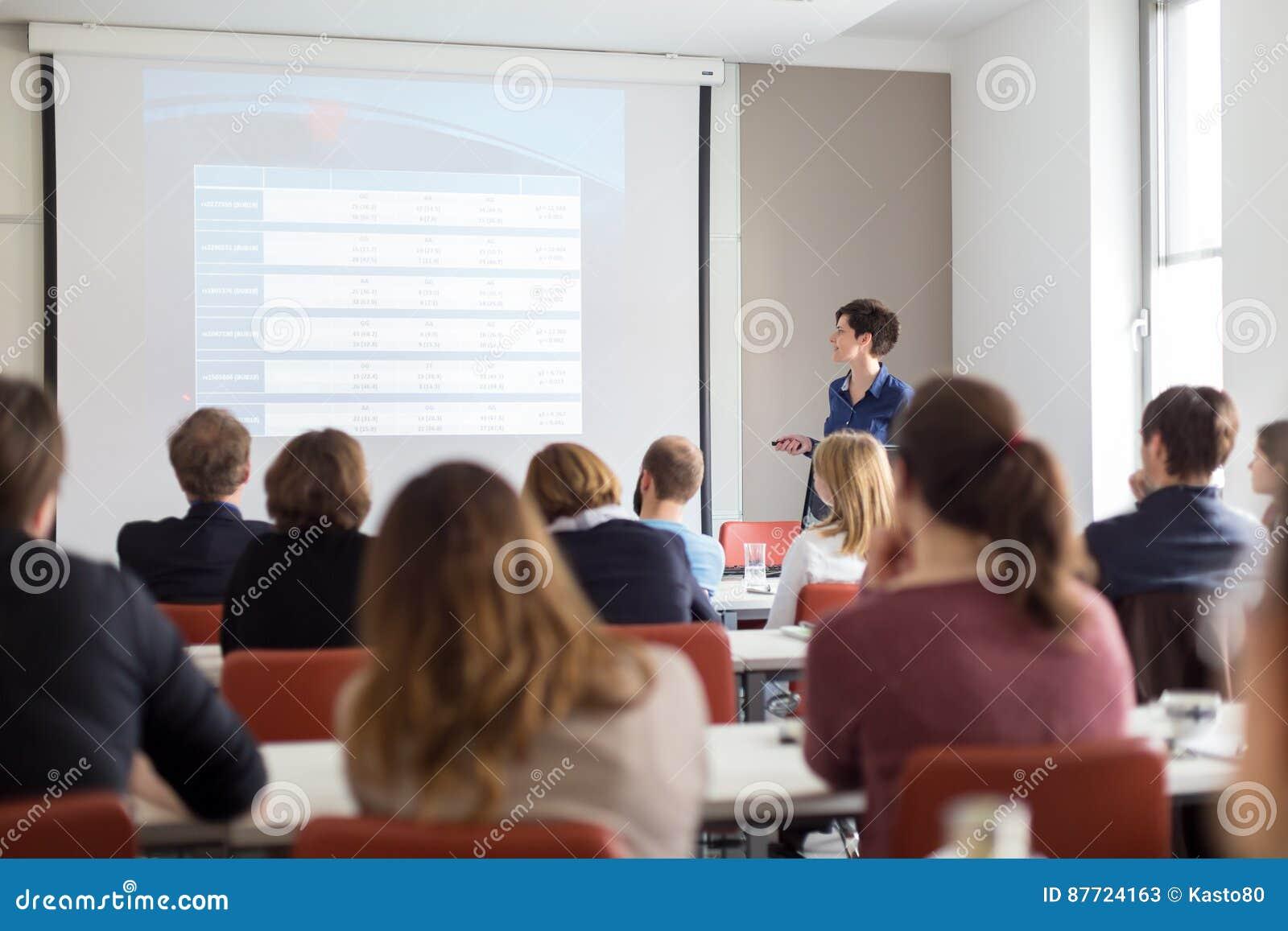Kvinna som ger presentation i hörsal på universitetet