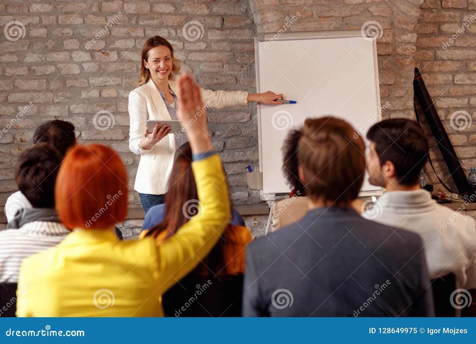 Kvinna som ger presentation på diagrammet på seminariet