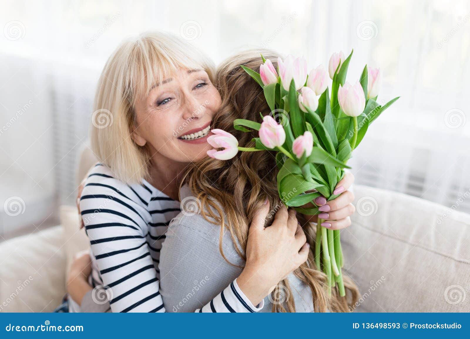 Kvinna som hälsar hennes moder på moders dag