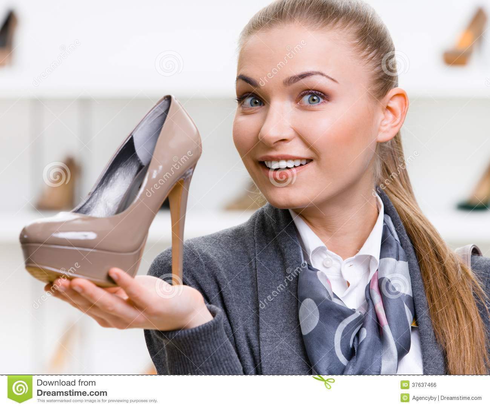 Kvinna som håller denfärgade höjdpunkt heeled skon