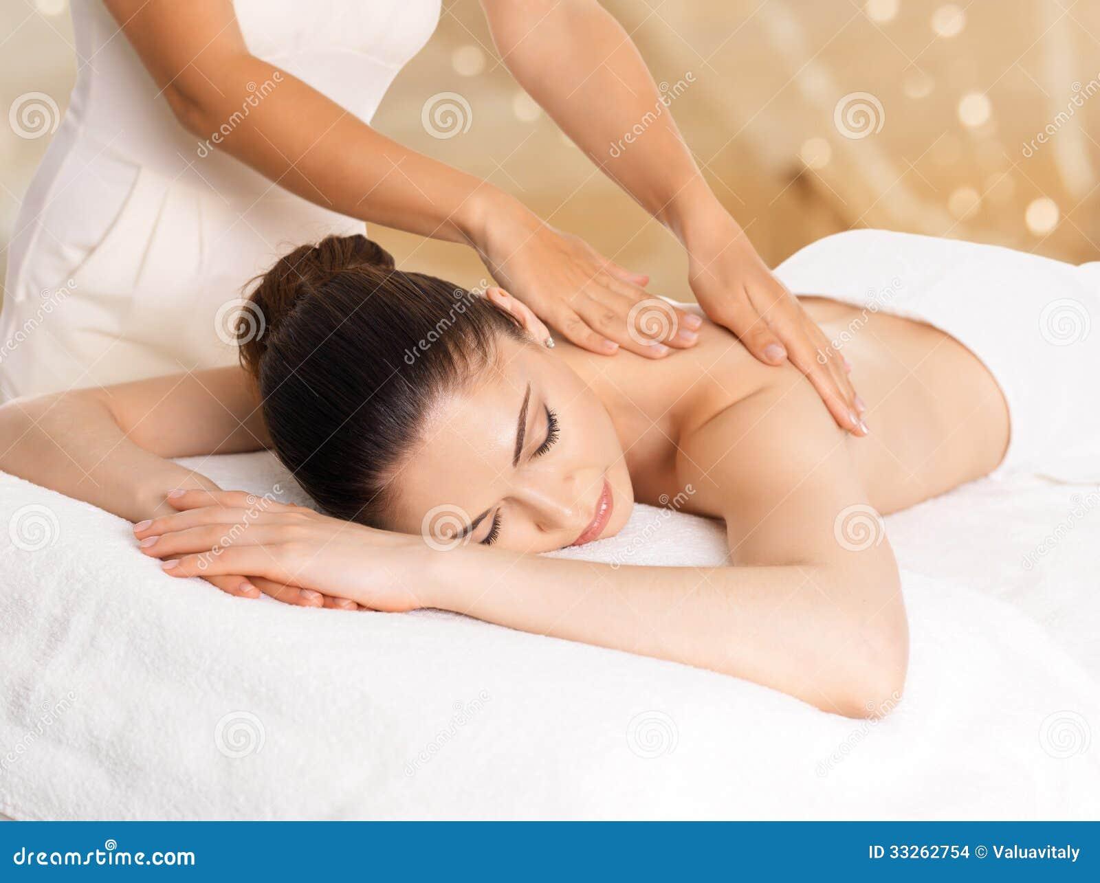 Kvinna som har massage av kroppen i brunnsortsalong