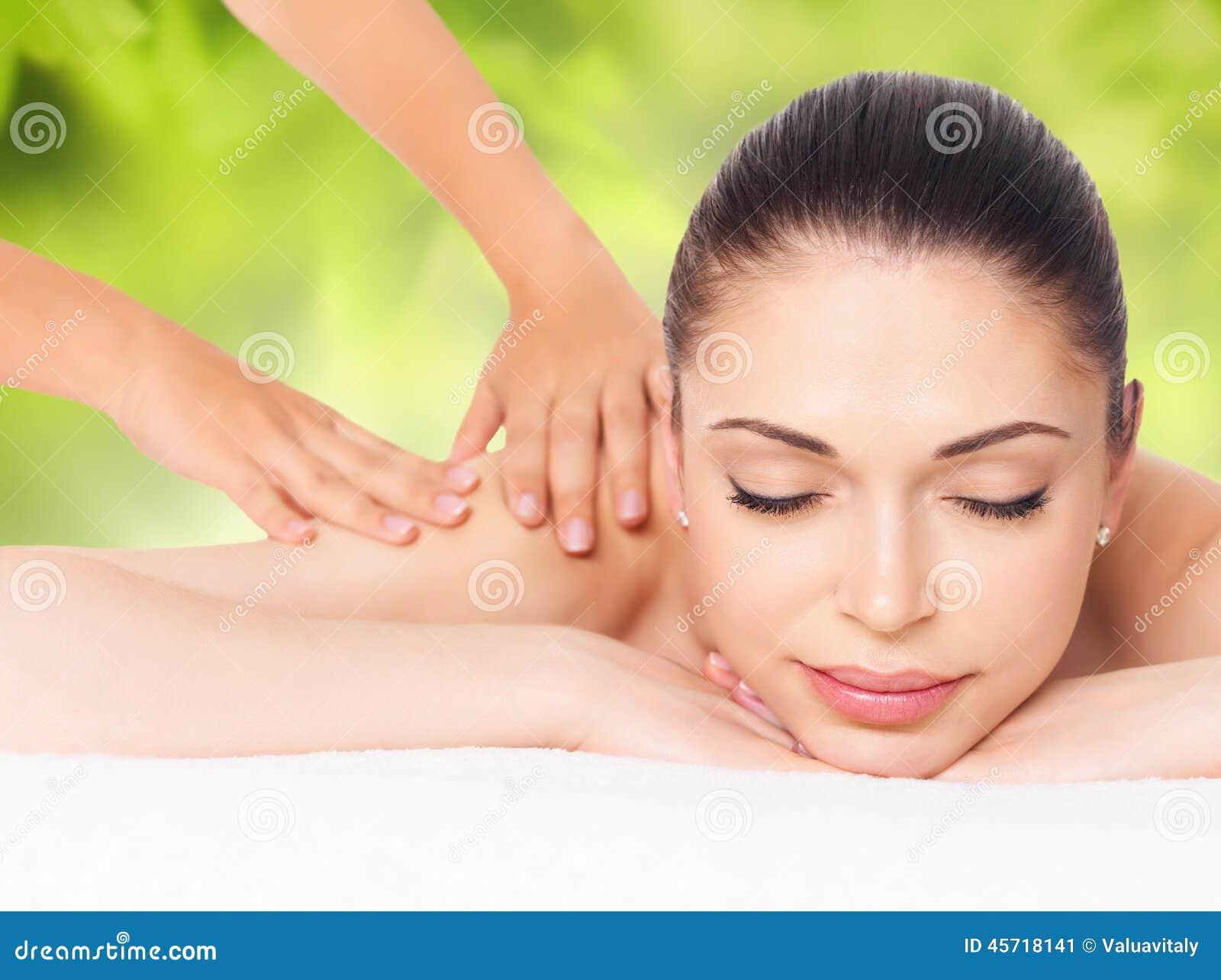 Kvinna som har massage av kroppen i naturbrunnsort