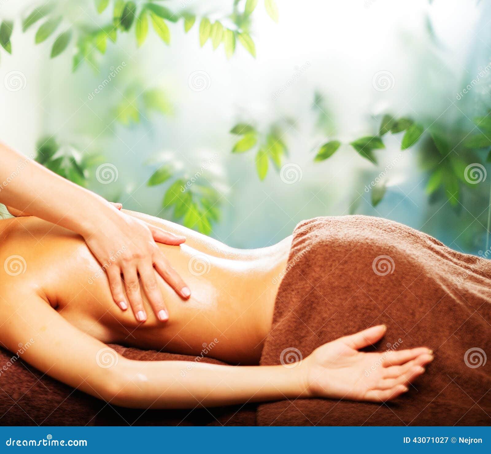 Kvinna som har massage i en brunnsort