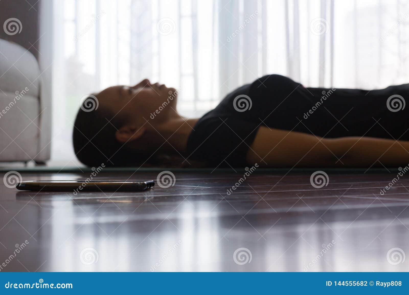 Kvinna som hemma mediterar och att lyssna till musik