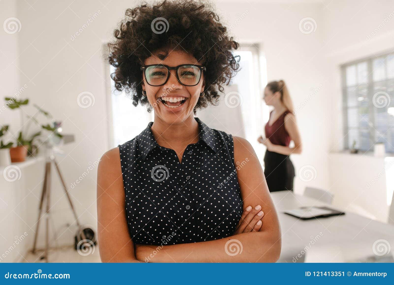 Kvinna som i regeringsställning skrattar under presentation