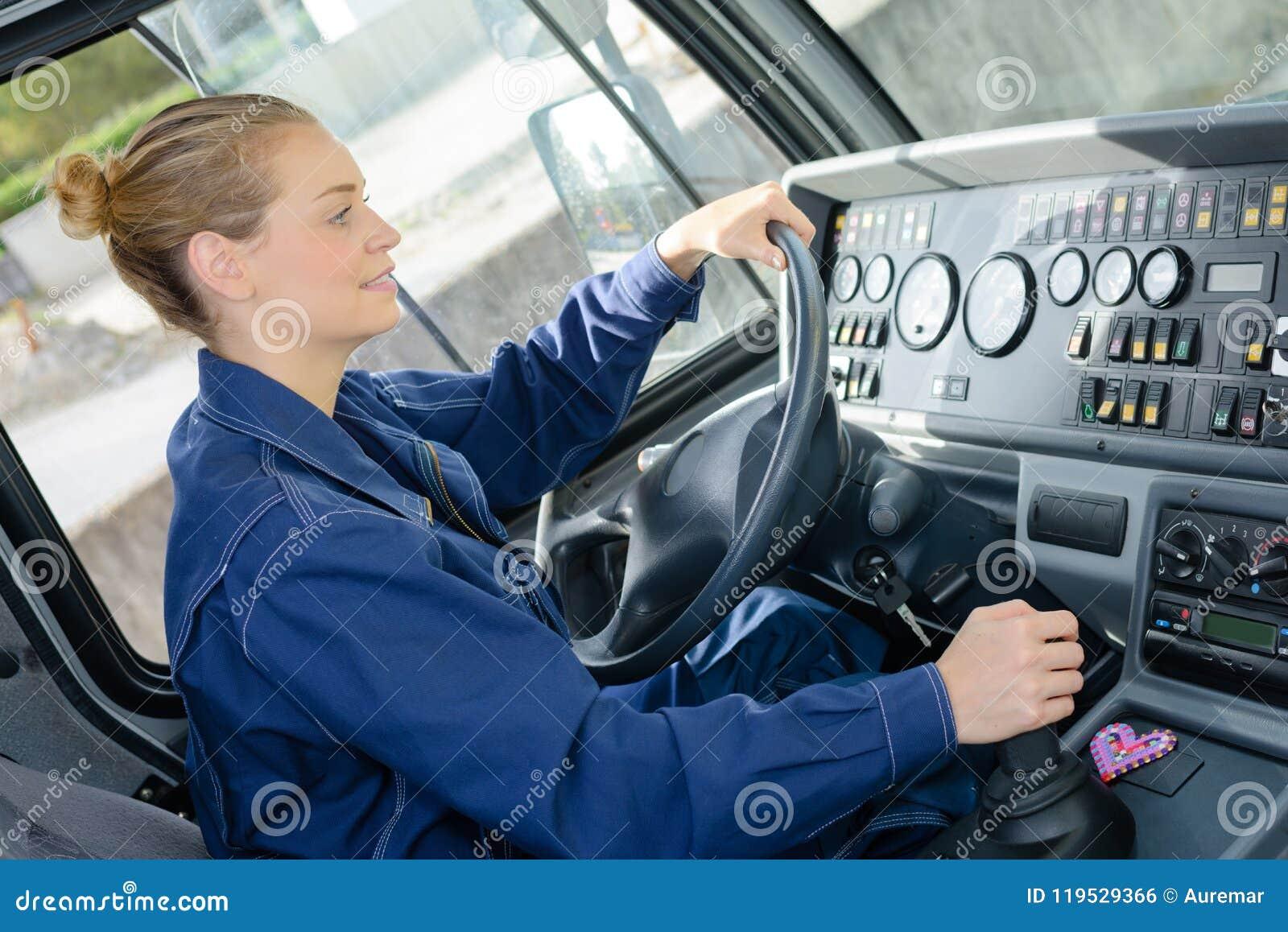 Kvinna som kör medlet för tungt gods