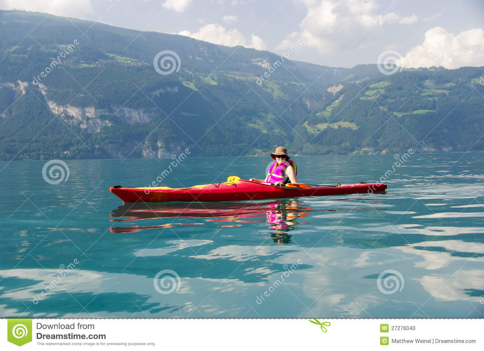 Kvinna som kayaking