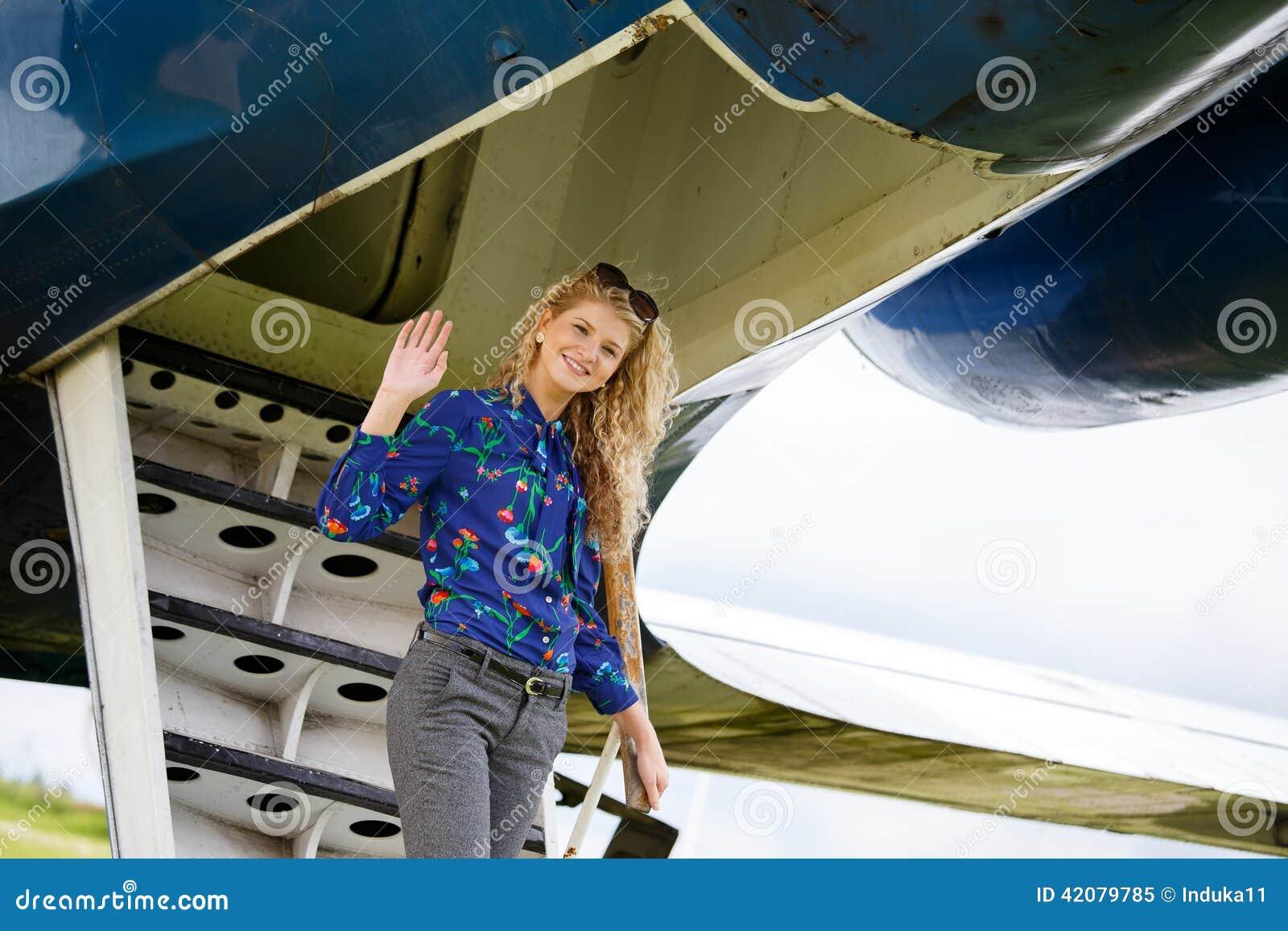 Kvinna som kommer från flygplanet