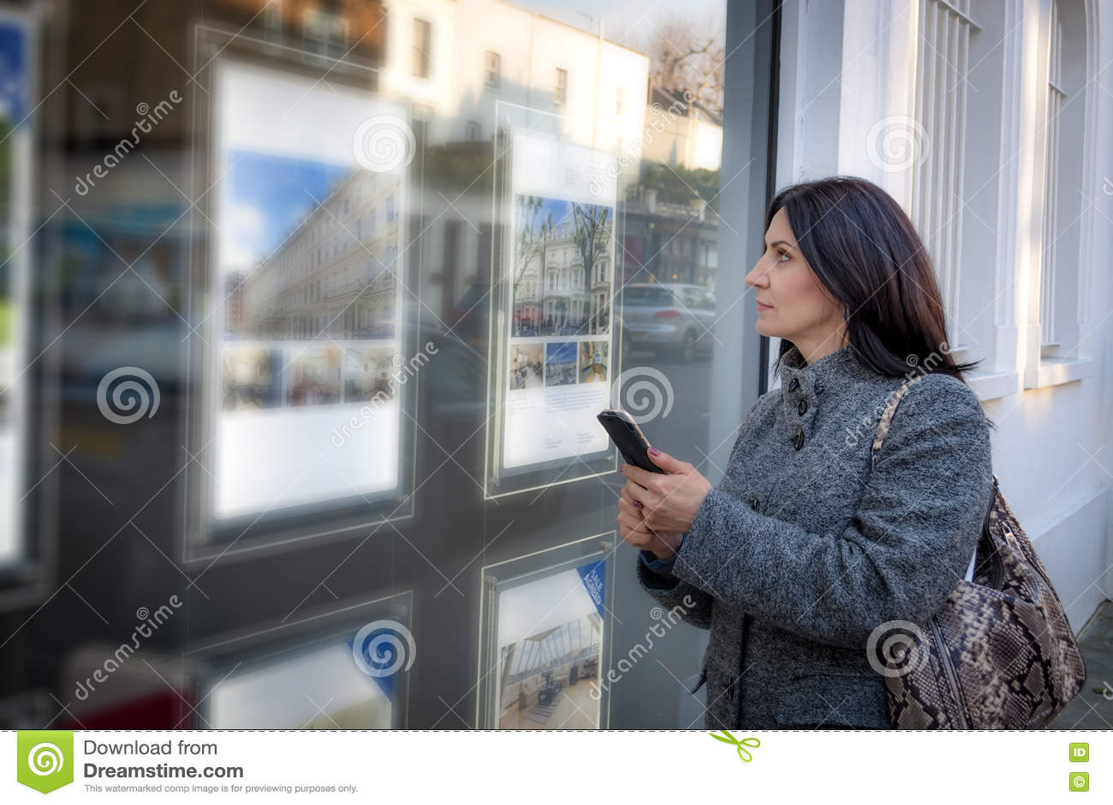 Kvinna som kontrollerar fastighetförteckningarna