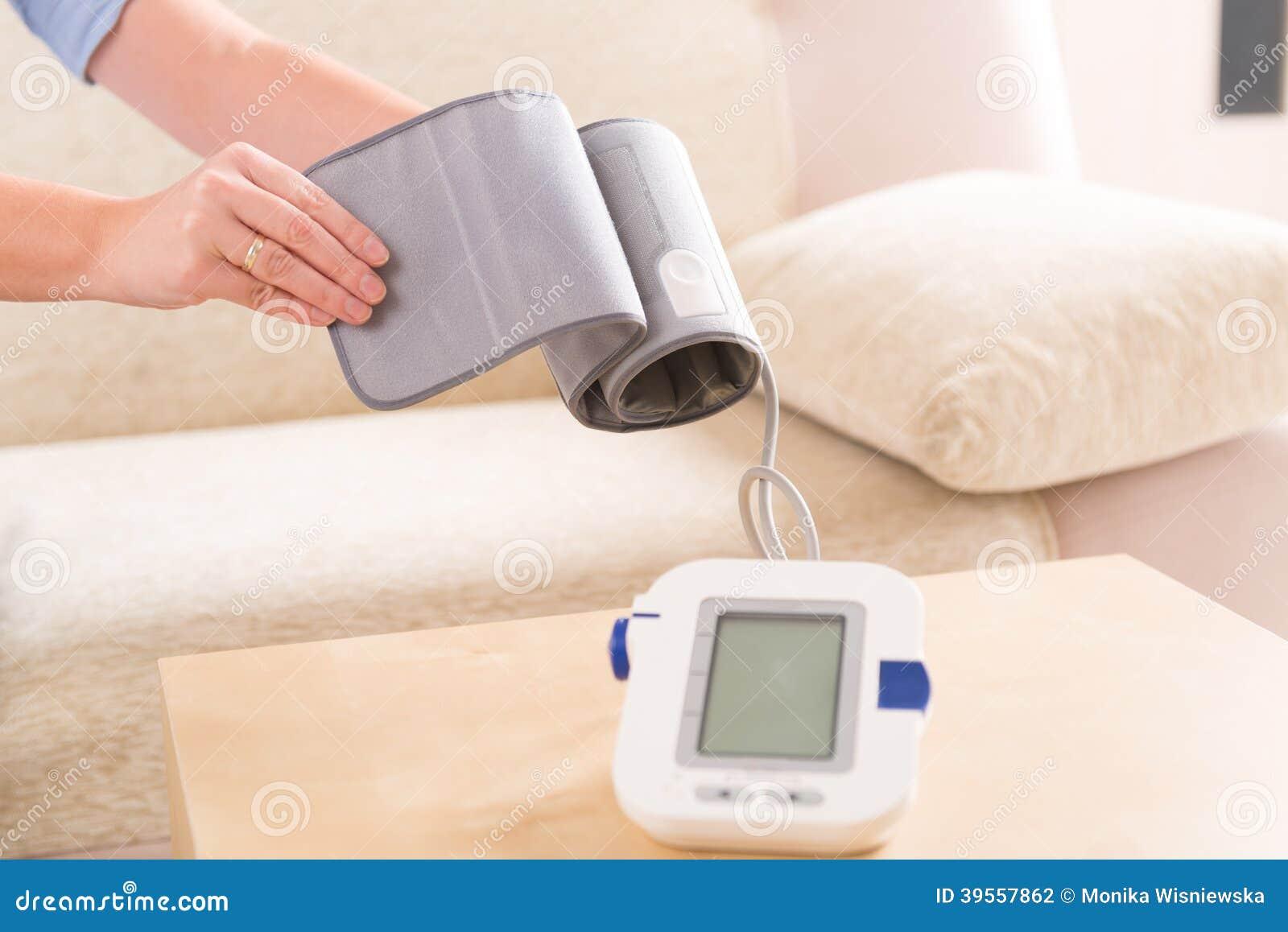 Kvinna som kontrollerar hennes blodtryck