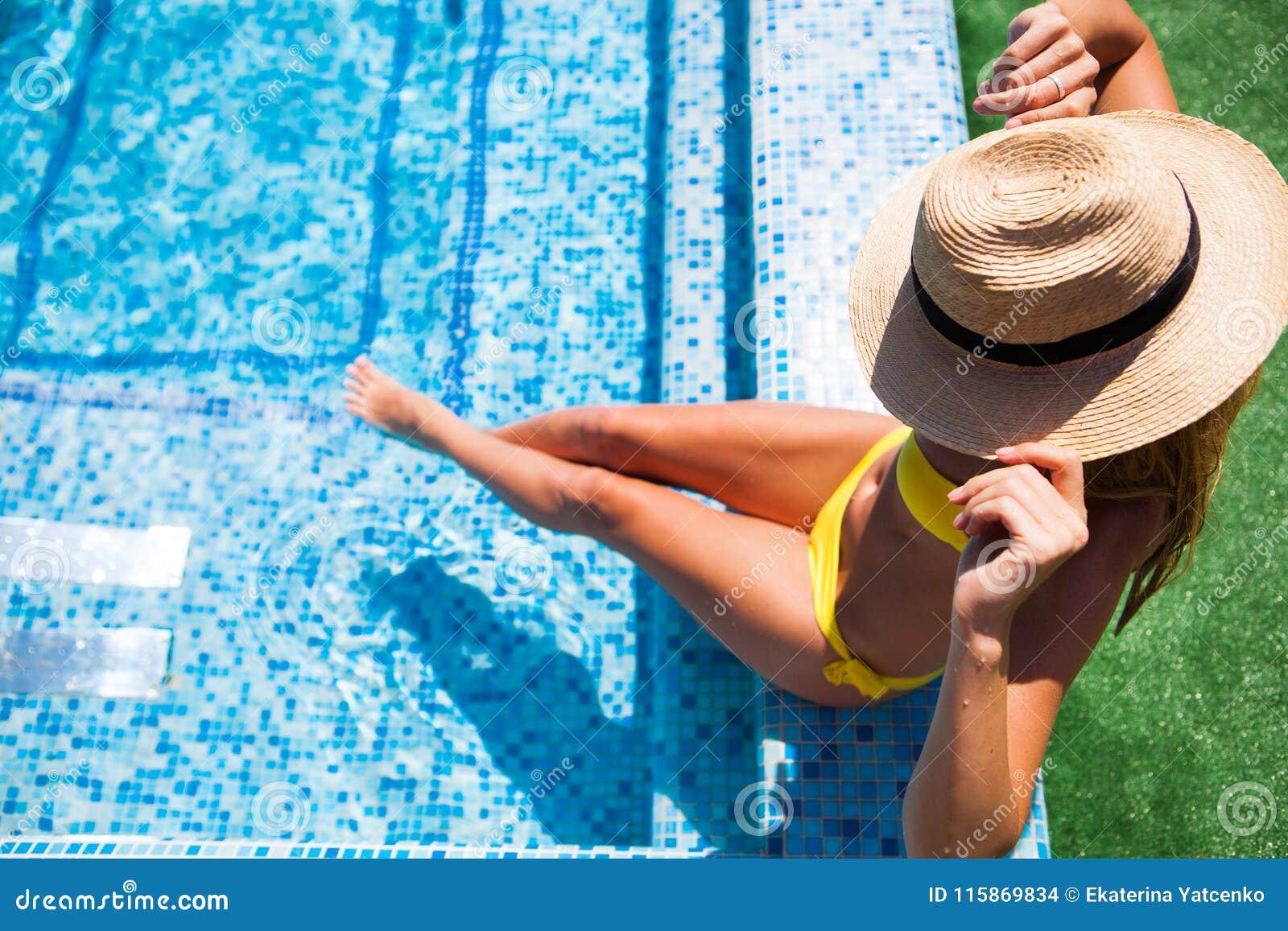 Kvinna som kopplar av på simbassängvattnet i varm solig dag Summ