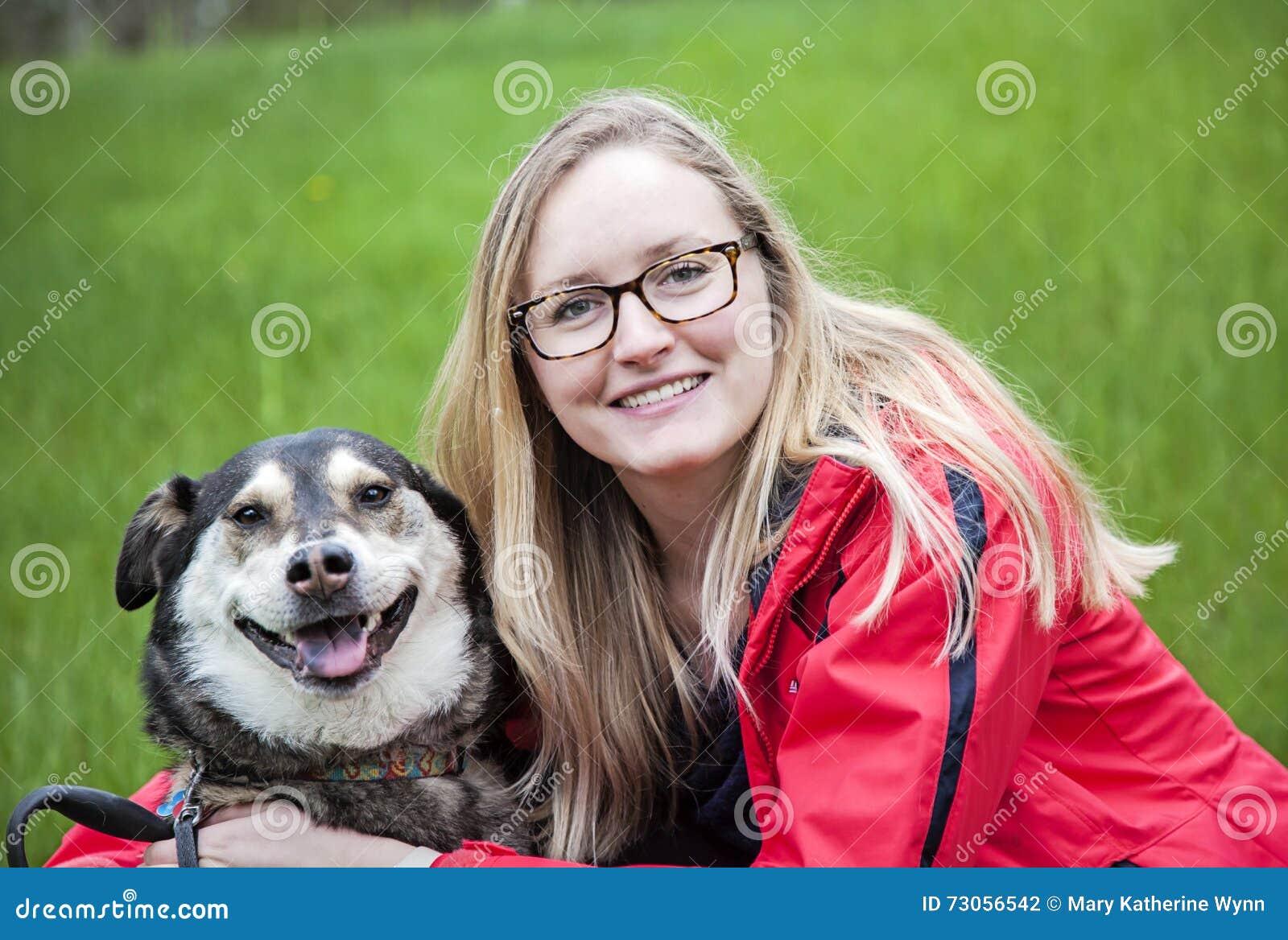 Kvinna som kramar hennes hund